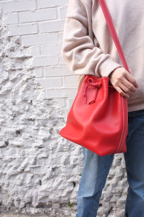 Red bucket shoulder bag size: medium