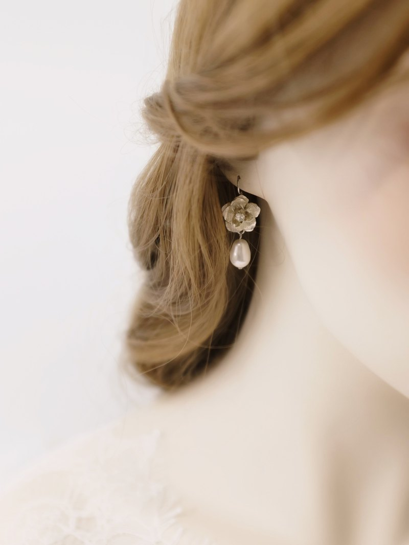 Flower earrings / Vintage inspired bridal pearl drop earrings 新娘耳環