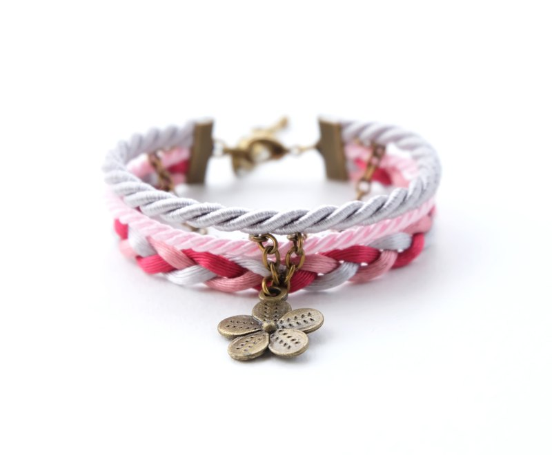Flower layered rope bracelet in Light gray / blush pink / red / dusty rose