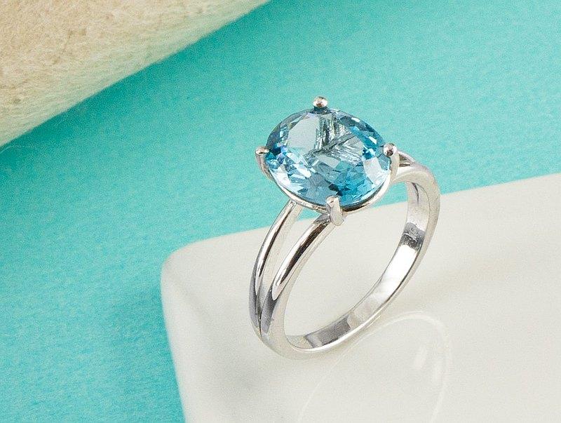 Edith & Jaz • 簡約形倫敦藍托帕斯石純銀戒指