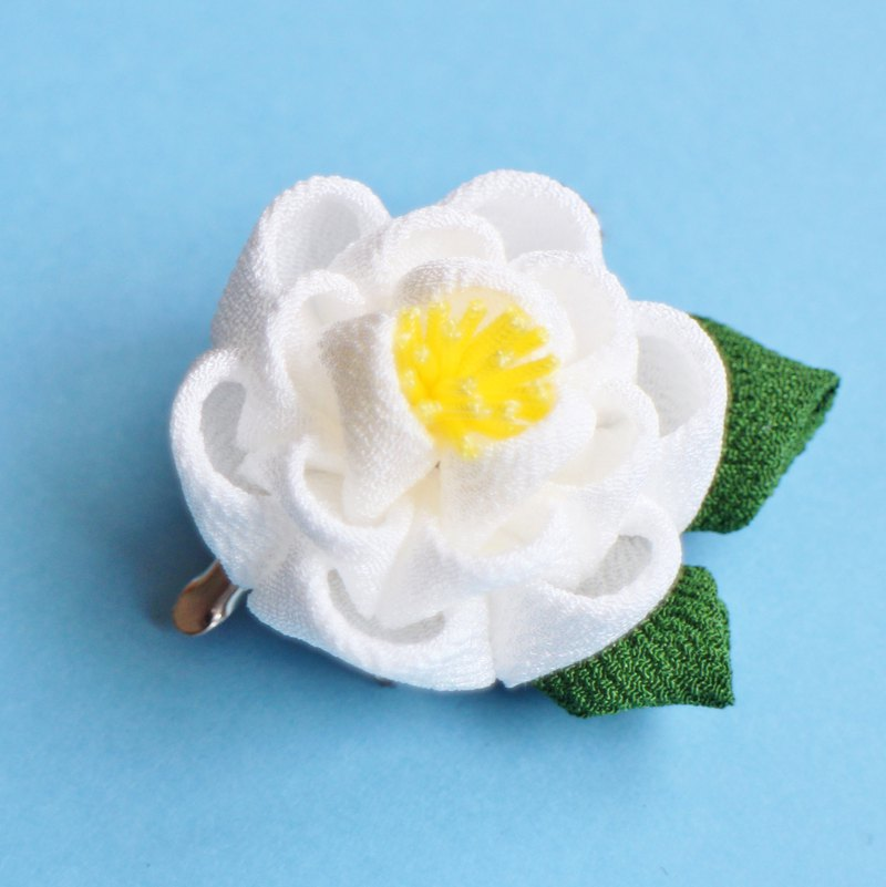 Camellia hair ornament with leaves White