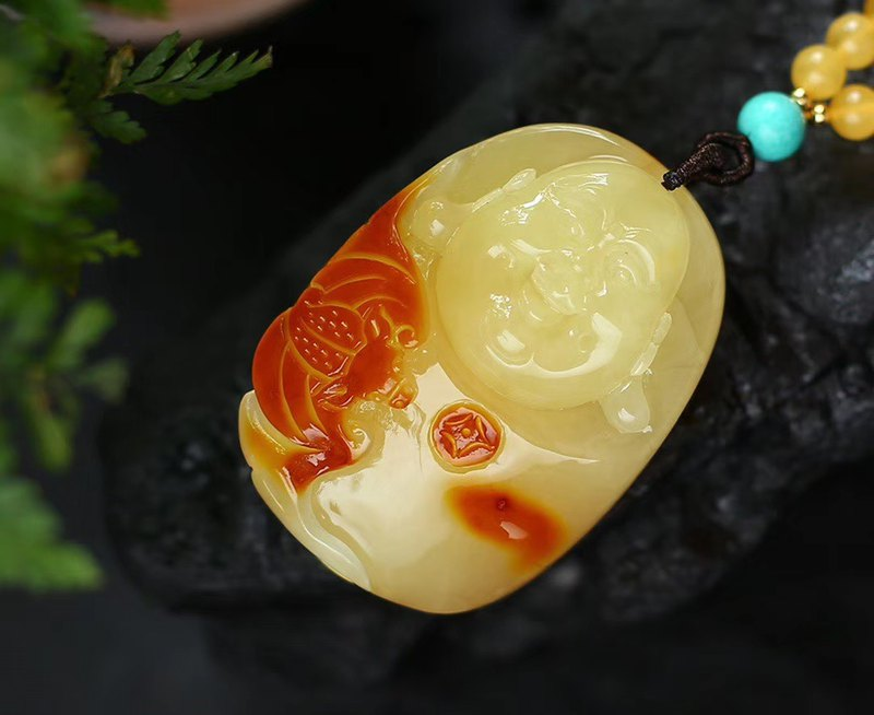 [New store welfare price] boutique collection grade natural beeswax Maitreya Buddha pendant / pretty color carving / chicken oil yellow