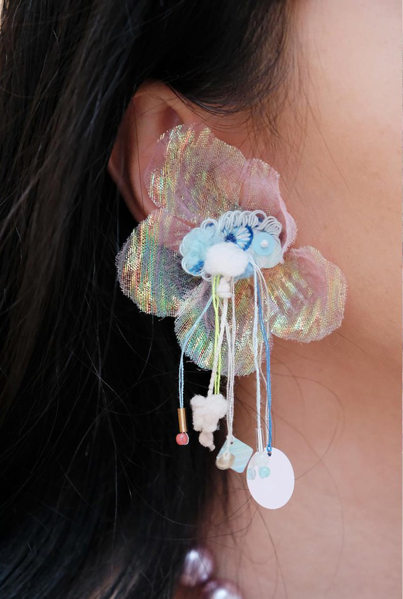 Embroidered powder eye-transparent petal ear clip
