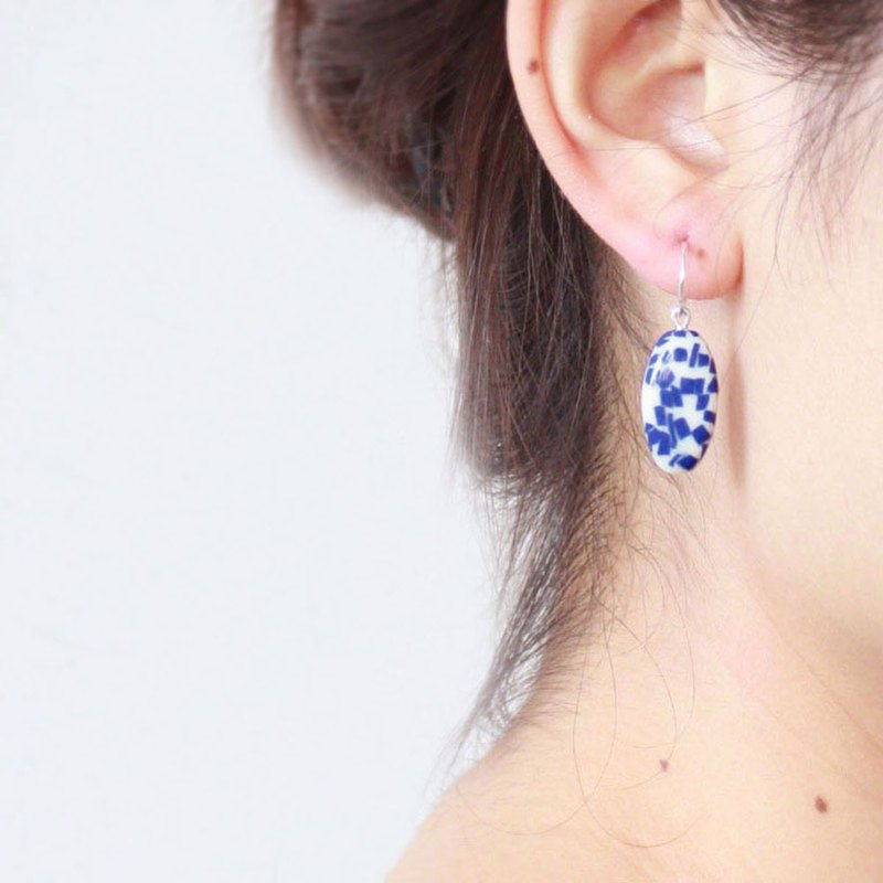 Pure white fungus hook ceramic earrings cobalt blue grindstone earrings fired at 1280 degrees Celsius