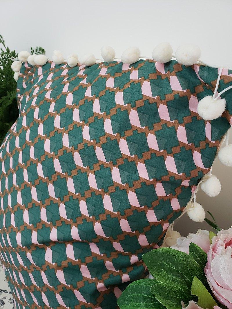 北歐風格粉红绿色幾何圖案米白毛球抱枕/靠枕