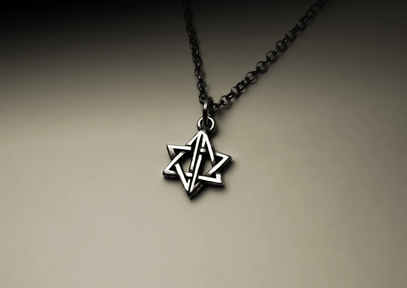 Small hollow star necklace