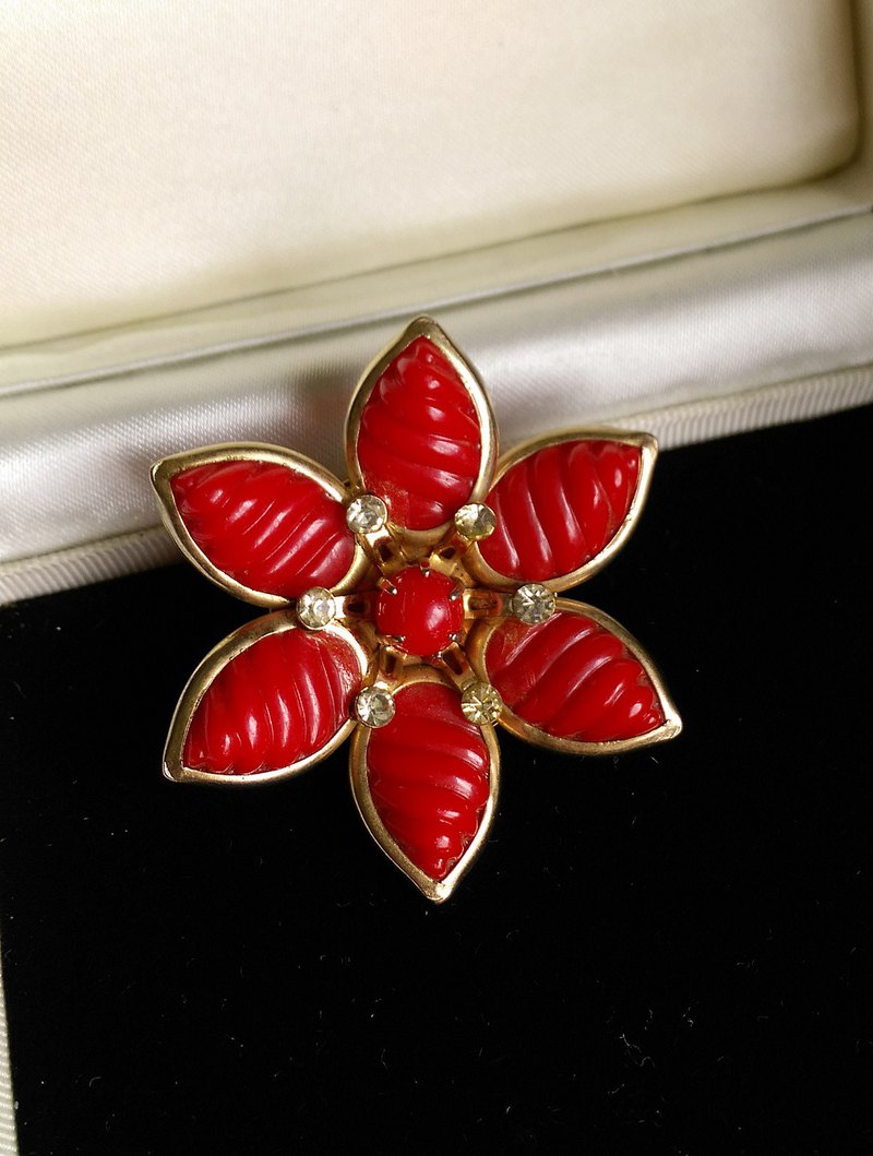 [Western antique jewelry / old age] warm red plastic flower pin