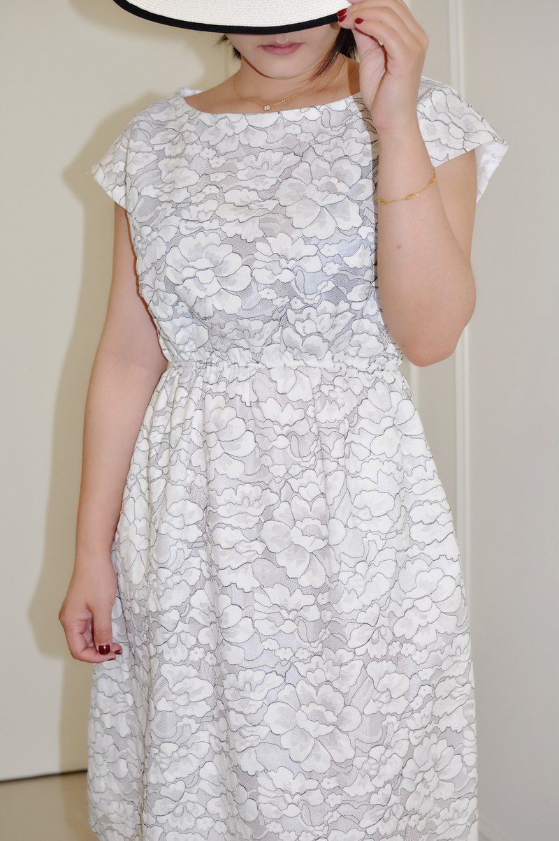 Flat 135 X Taiwanese designer stereo cut white black line flower lace cloth short sleeve dress