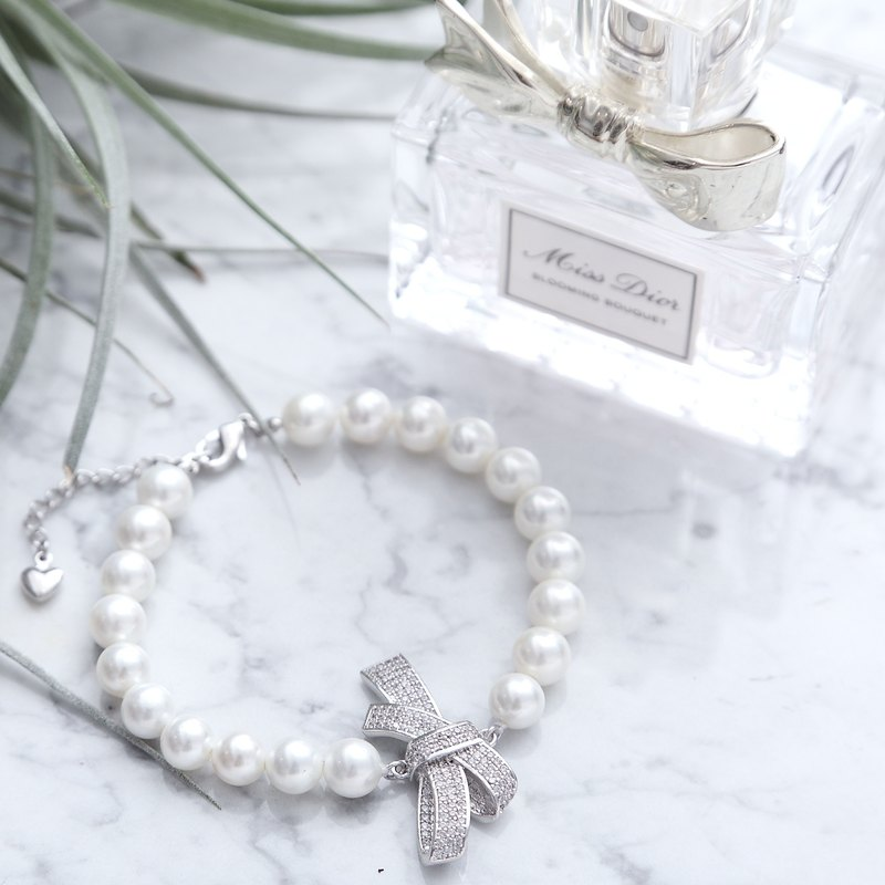 The bow tie pearl bracelet