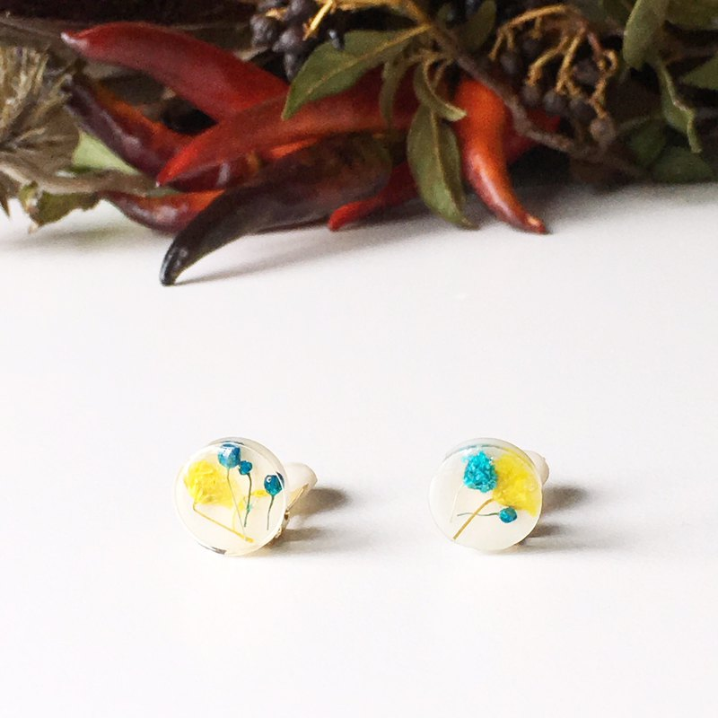 Stud earrings contained Yellow and Blue Babys breath (12mm)