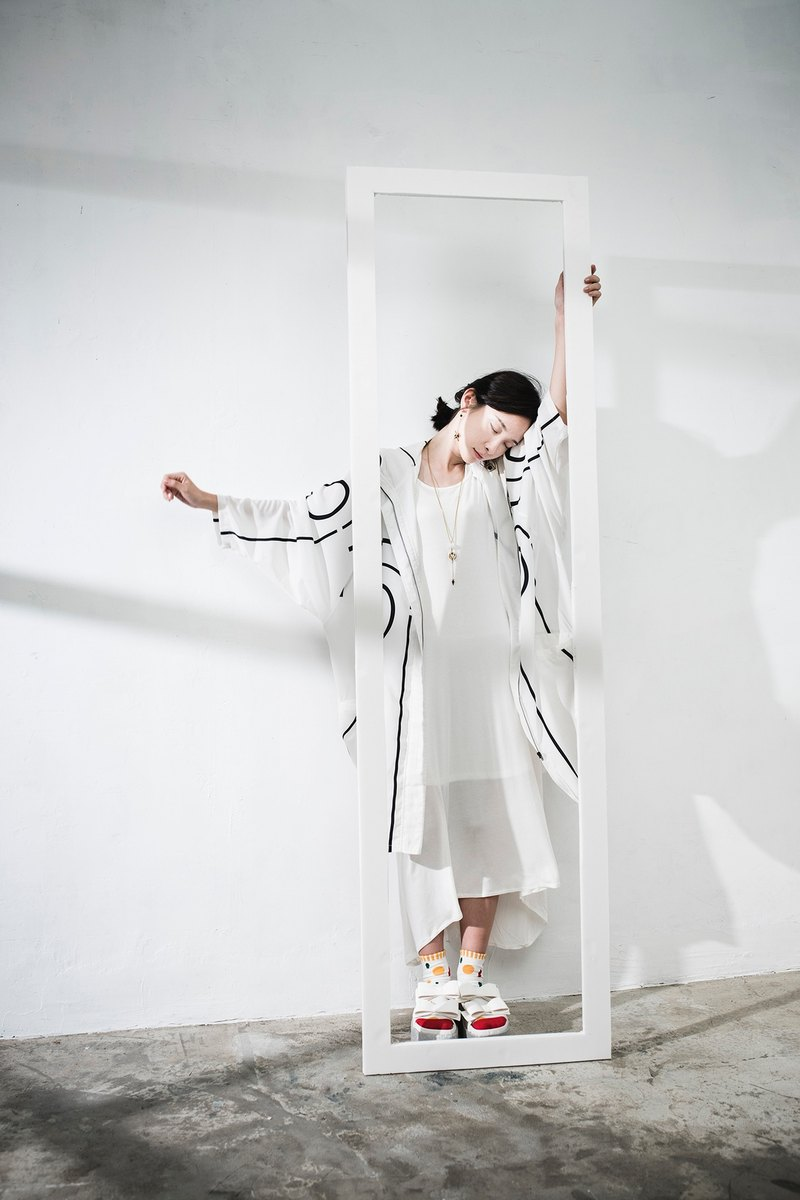 JUBY CHIU / Deconstruction frame line white coat OVERSIZE wide board