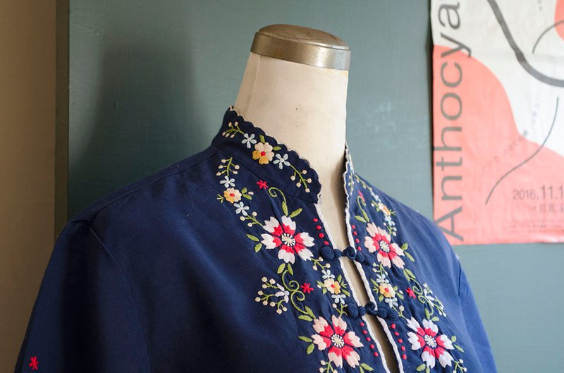 Navy blue Chinese pattern sea bream hand-embroidered buckle collar collar 缧萦 top | vintage Wan Hao vintage