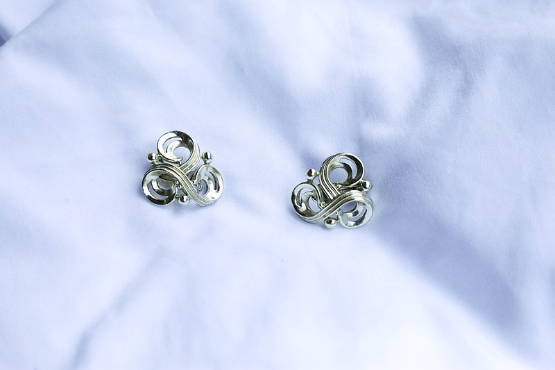 [American antique jewelry brought back by the United States] 1970s American jewelry three-ring knot clip-on earrings