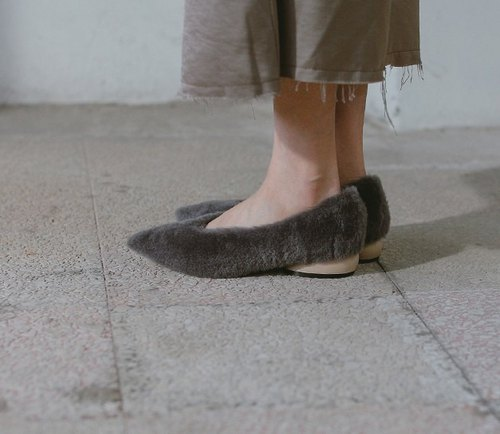 [Exhibition products]Clearly fluffy wool elliptic with leather pointed shoes grey