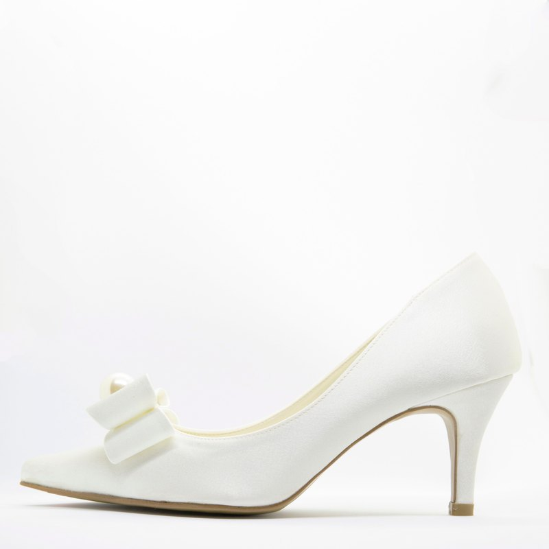 Pointed toe ribbon wedding shoes with pearl