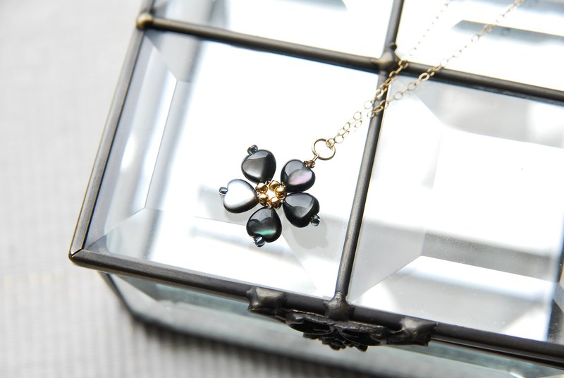 Black shell flower necklace 14kgf